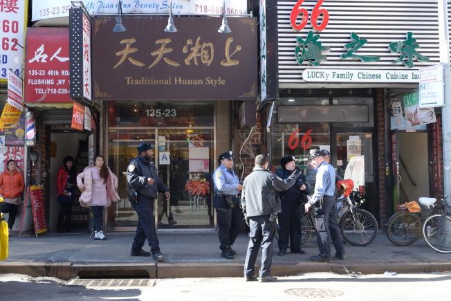 市清潔局執法人員8日大規模出動,對法拉盛過早擺出垃圾的商家開罰。(記者朱澤人/攝影)