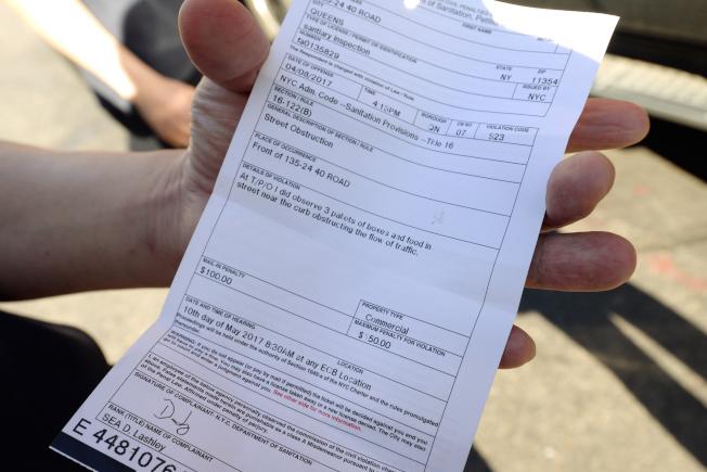 「旺角28」貨品違規占用道路,吃100元罰單。(記者朱澤人/攝影)