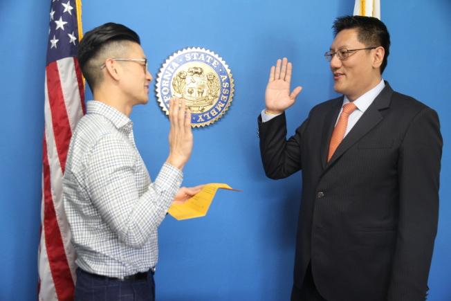 馬振翼(右)在羅達倫的監證下,擔任加州大學董事會董事遴選委員會的委員。(記者李榮/攝影)