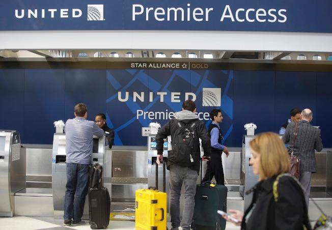 聯航執行長孟諾茲允諾,受到拖乘客下機事件困擾的同班機乘客,均可獲得全額退費。(Getty Images)
