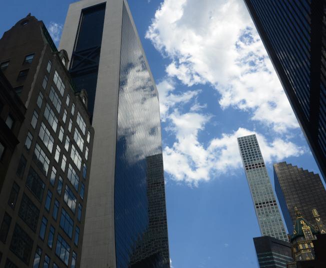 曼哈頓房地產市場一直在蓬勃發展。圖右遠處為432 Park Avenue豪華公寓大樓。(記者許振輝/攝影)