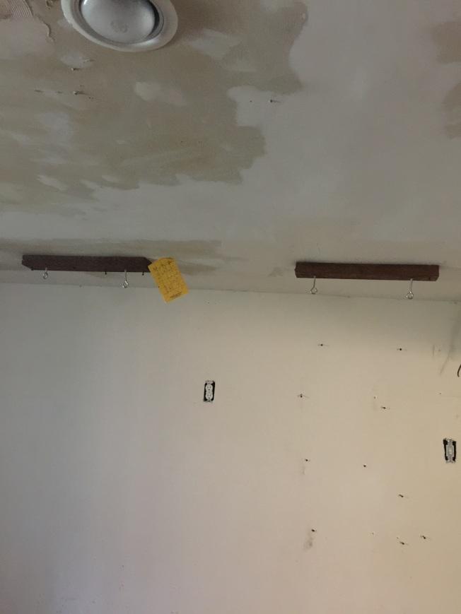 房客在室內安裝眾多掛鉤,通過轉換器,連接高壓電,加強室內的照明強度。