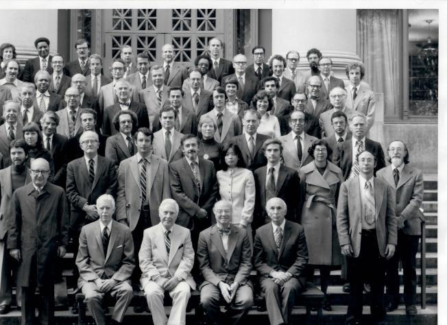 陳翠芳(二排右六)在1976年成為哈佛法學院史上首位女性副院長,一路鼓勵的她恩師孔傑榮為三排右一。(陳翠芳提供)