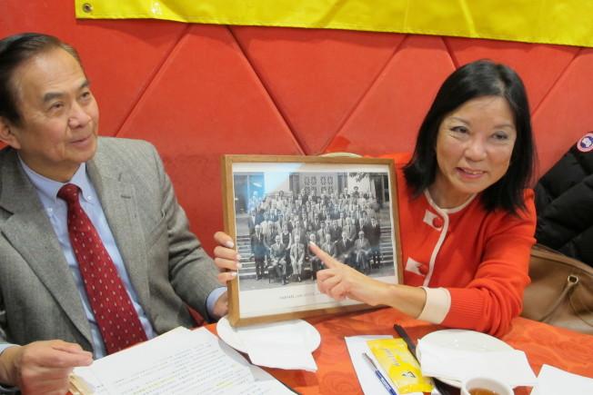 陳翠芳(右)今年3月在紐約市府華員會為她舉行的歡送會上,拿著1976到1978年期間擔任哈佛法學院副院長的照片。(本報資料照片)