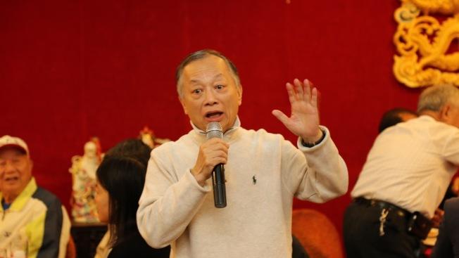 趙文笙在拜山後的聚餐上代表鄉親說話。(趙文笙/提供)