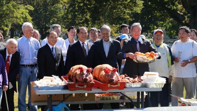 鄧學源(前排右三)帶領鄉親給先人獻上燒豬等貢品。(開平同鄉會/提供)