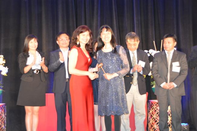 南加州中華科工學會新任會長黃冬梅(前右)表示,新的一年能與更多科學領域上的會友建立聯繫。前左為原任會長茹蘭。(記者孫楠希/攝影)
