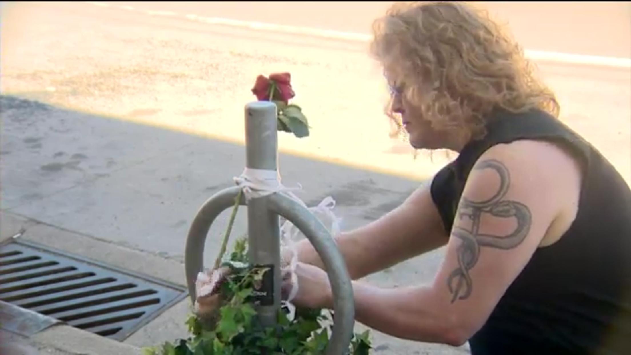 目擊民眾席格爾在車禍發生後,於事發現場為死亡女學生綁上白緞帶表悼念。(WISC新聞視頻截圖)