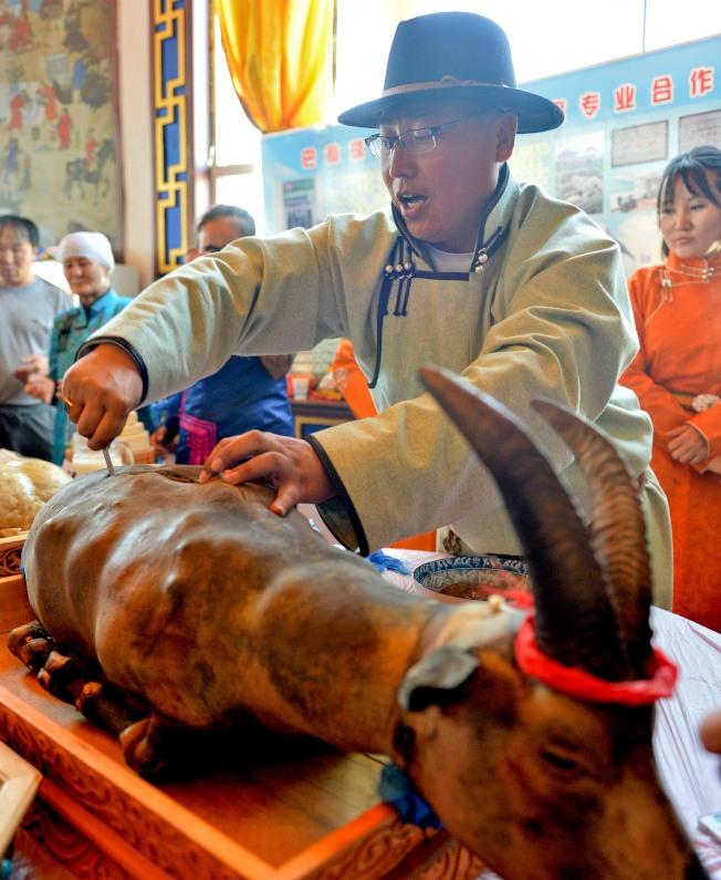 「蒙食」代表烤全羊。(新華社)