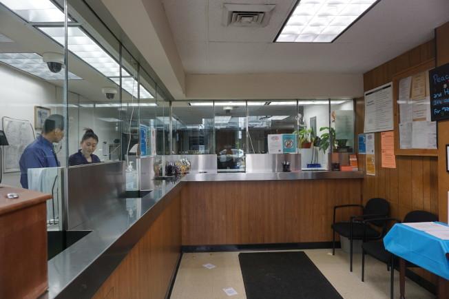 Provident Loan Society法拉盛分行的櫃台。(記者王若馨/攝影)