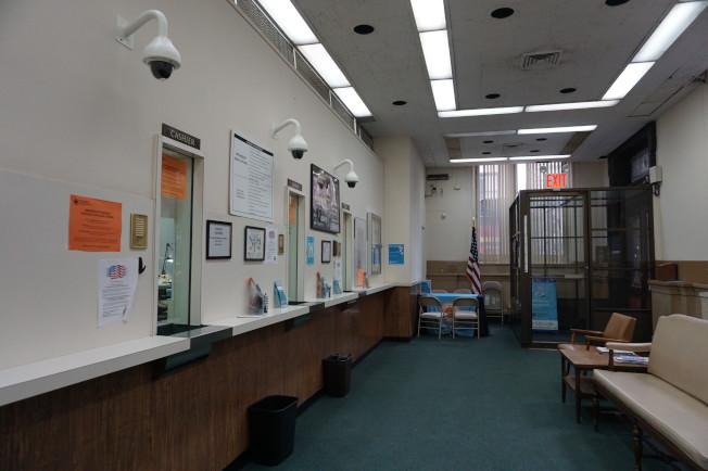 Provident Loan Society曼哈頓總行櫃台。(記者王若馨/攝影)