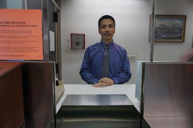 關德寧在Provident Loan Society法拉盛分行櫃台。(記者王若馨/攝影)