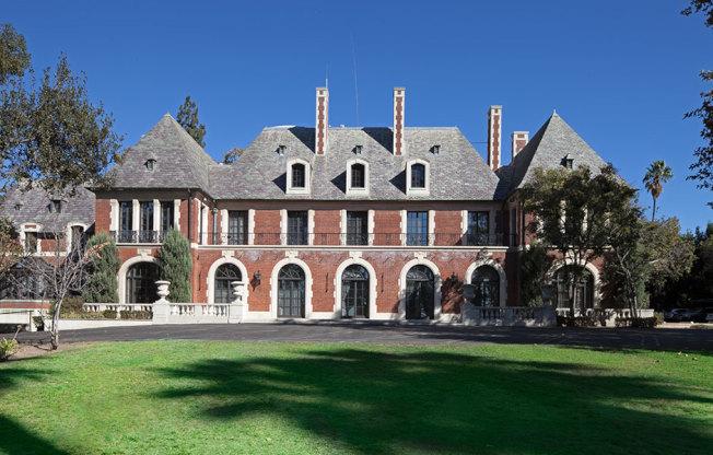 已被列為文化古蹟的克雷文斯莊園,美國紅十字會上市求售1050萬元。(房地產經紀公司提供)