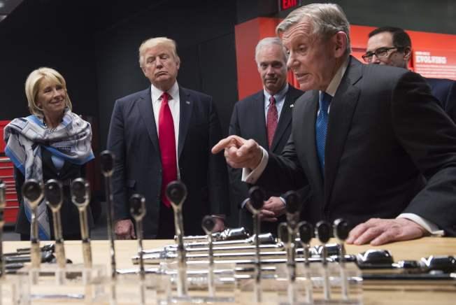 川普(中)巡視威斯康辛一家工具廠,提倡「買美國貨,雇美國人」。(Getty Images)