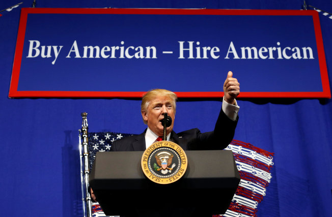 川普總統18日簽署行政命令,誓言改變現狀,要求「買美國貨,雇美國人」。(歐新社)