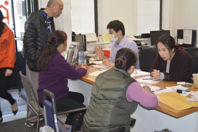 民眾18日到亞平會諮詢如何申請老人公寓。(記者俞姝含/攝影)