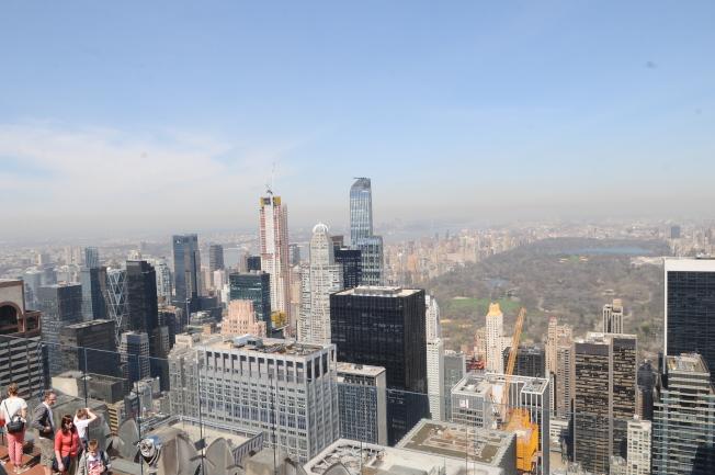 房市專家透露,在紐約等都會蓬勃的租房市場,也許快要步入供過於求的階段了。圖為紐約曼哈頓中央公園南側公寓大樓群。(記者許振輝/攝影)