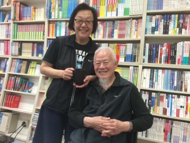 洛城資深媒體人張成勳(右)和才廣懿(左)退休後移居雲南麗江八年,重新安家洛杉磯。(記者楊青/攝影)