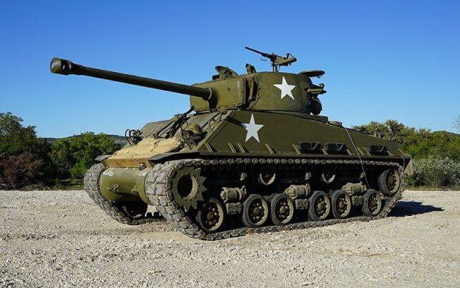 高端旅遊項目─駕乘戰車體驗雖然價格不便宜,但仍舊吸引相當多軍事迷民眾前往朝聖。(圖/取自DriveTanks.com網站)