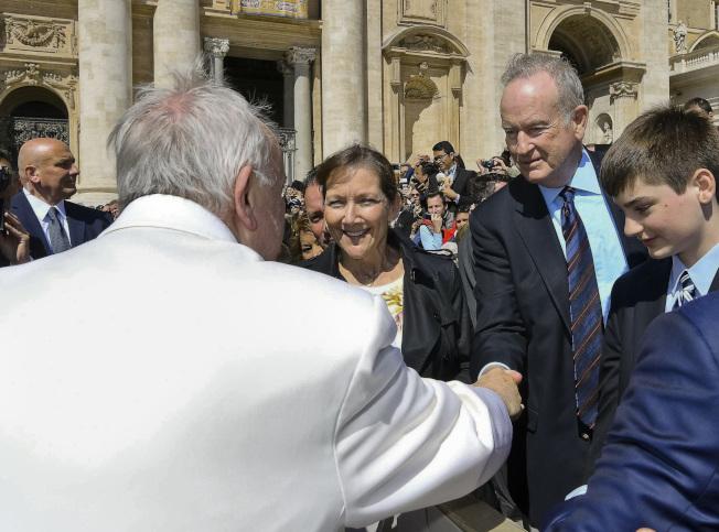 歐萊利(右二)被開除當天,正偕同妻兒在梵蒂岡與教宗握手。(美聯社)
