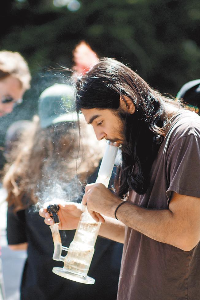 420大麻會民眾忘我吞雲吐霧。(本報資料照片)