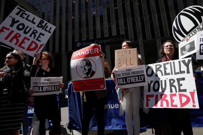 抗議者在歐萊利被開除前一天,還在新聞集團總部大樓前示威。(路透)