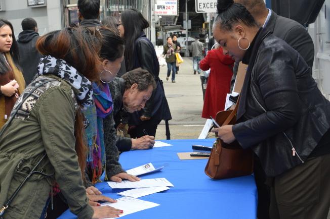 百餘民眾擠爆傑克森高地多元廣場,現場申請紐約市民卡。(記者牟蘭/攝影)
