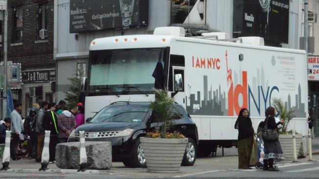 百餘名民眾擠爆傑克森高地多元廣場,申請紐約市民卡。(記者牟蘭/攝影)