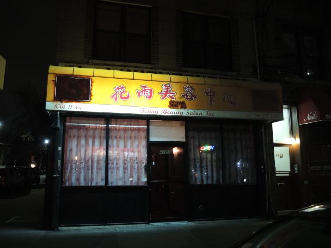 11大道6701號的按摩店,依然亮燈招攬客人。(記者王靖雯/攝影)