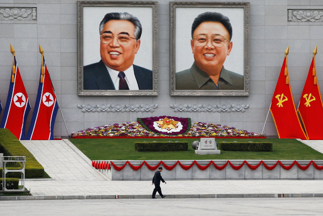 北韓領導人金正恩的髮型據說是向祖父金日成(左)致敬。(Getty Images)