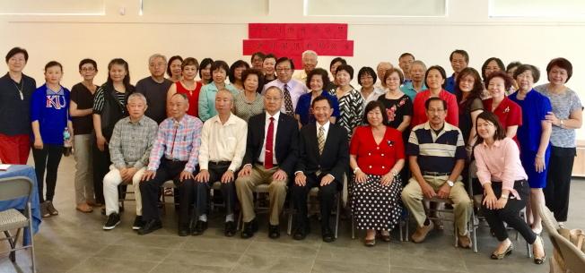 參加中佛州僑務工作座談會及關懷救助協會成立大會人員合影。(駐邁經文處提供)