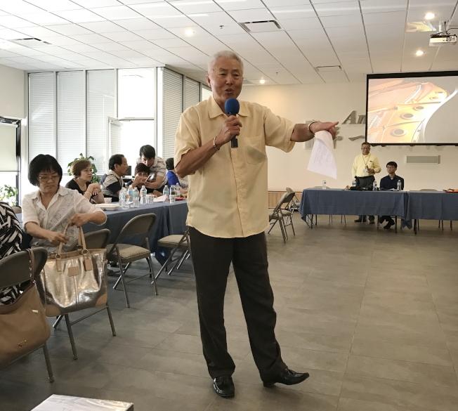 中佛州關懷救助協會成立大會中,秘書長黃崇福醫師發言。(駐邁經文處提供)