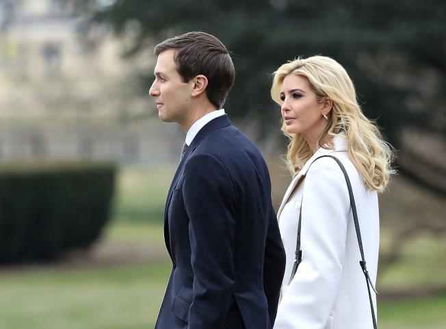 圖為伊凡卡和夫婿庫許納在白宮草坪,準備搭乘直升機。(Getty Images)