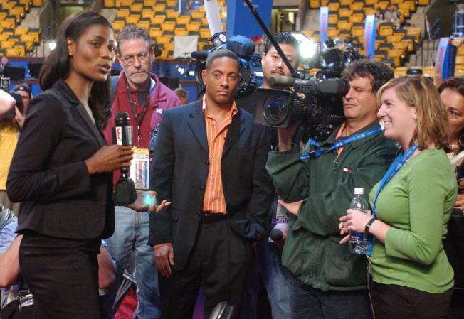 歐瑪蘿莎‧曼尼高特(左)被「誰是接班人」開除後,接受採訪。(美聯社)