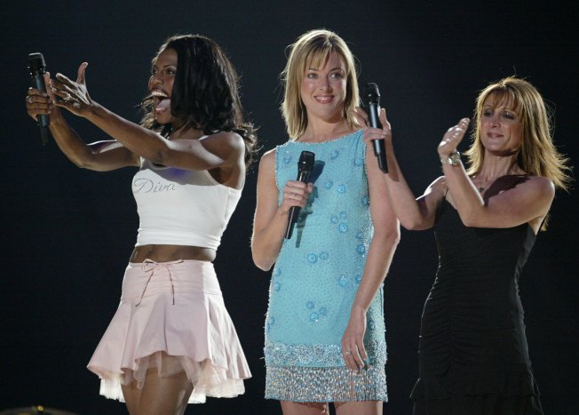 歐瑪蘿莎‧曼尼高特(左)因稜角分明,動作誇張,贏得「惡女」稱號。(美聯社)
