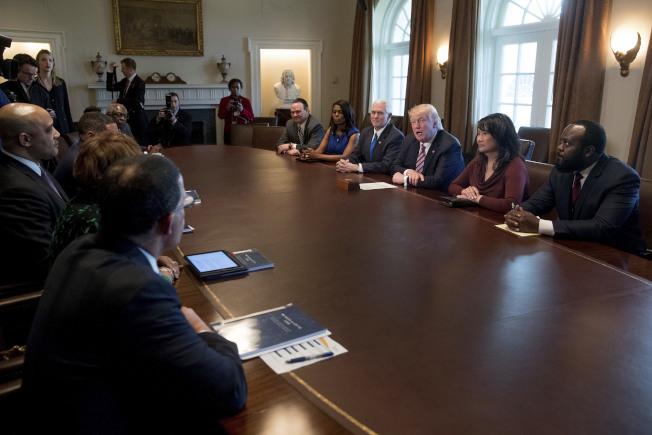 歐瑪蘿莎‧曼尼高特(右五)進到白宮以後,成為川普總統助理。(美聯社)