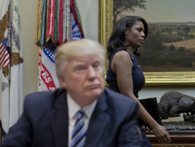 歐瑪蘿莎‧曼尼高特進入白宮,經常在川普身邊。(美聯社)
