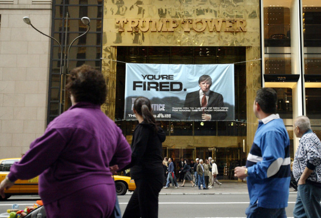 紐約川普大廈打出實境秀「誰是接班人」的廣告。(美聯社)