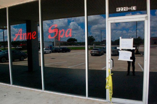 福遍縣警局警長Troy E. Nehls在Anne Spa大門上留下字條,稱Spa已被警局查封。(記者陳開/攝影)