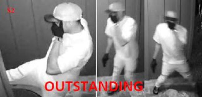 亞市警方積極尋找監控錄像中身穿白色衣服踹門的男性嫌犯。(亞市警局提供)