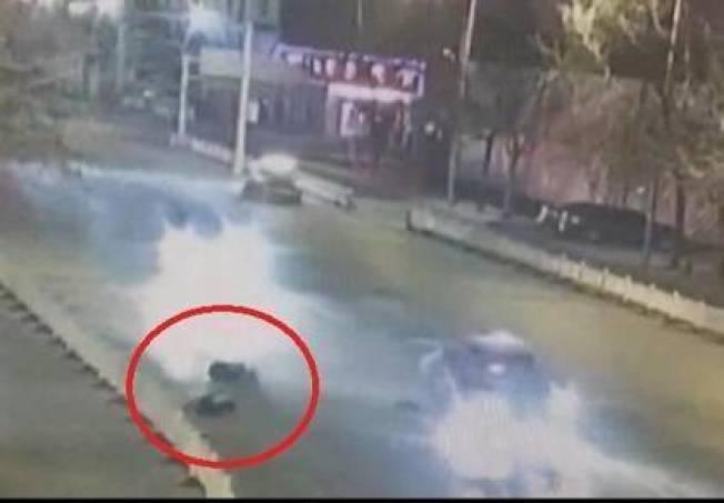 撞飛情侶的司機,被警方發現是酒駕。圖/擷取自YouTube