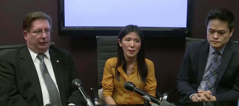 Tu Thien Huynh(中)在律師陪同下,說明涉案經歷。(記者陳開/攝影)