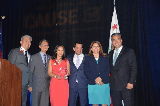 加州眾議員周本立(左二)為藍登(右三)和藍永美(左三)頒獎。(記者王全秀子/攝影)
