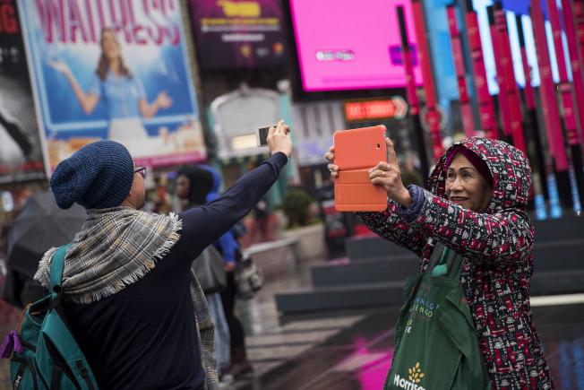 專家憂「川普效應」將為紐約市旅遊業蒙上陰影。圖為時報廣場旅客。(Getty Images)