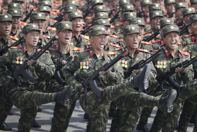 朝鮮半島局勢緊張,圖為北韓上周舉行閱兵。(美聯社)