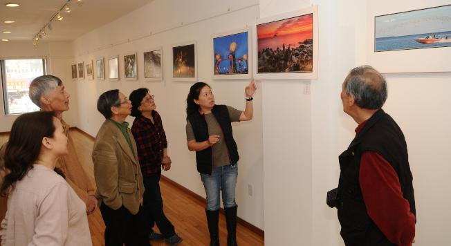 倪美蓉(右二)與羅際相(右一)、李清澤(左三)等攝影同好分享心得。(記者許振輝/攝影)
