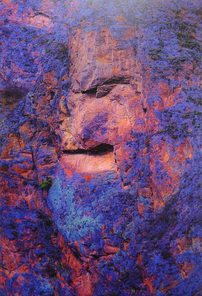 倪美蓉使用不同的光圈、白平衡、焦距,再以20張畫面合成「奇幻岩石」。(倪美蓉提供)