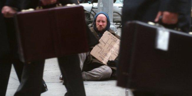 紐約市的貧富差距在過去10年逐漸擴大。圖為一名遊民在曼哈頓街頭行乞。(美聯社)