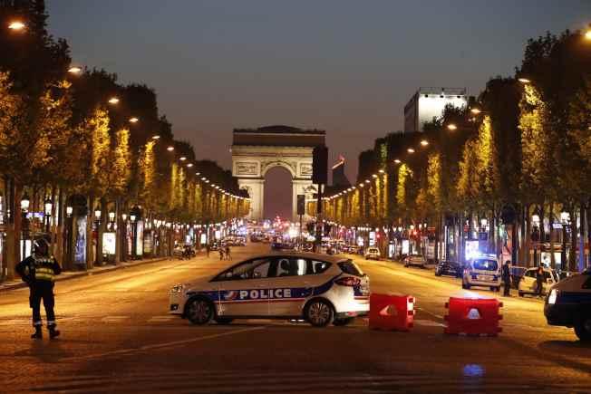 巴黎香榭麗舍大道遭到恐襲,警方把凱旋門一帶全部封鎖。(路透)