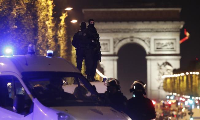 法國軍警站在凱旋門四周警戒。(路透)